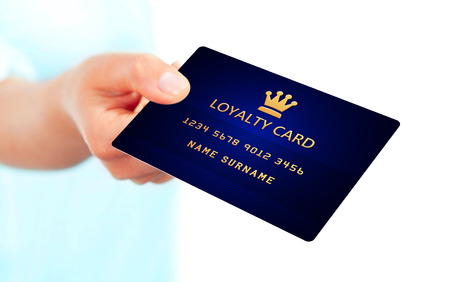 hand houden klantenkaart geïsoleerd over witte achtergrond Stockfoto