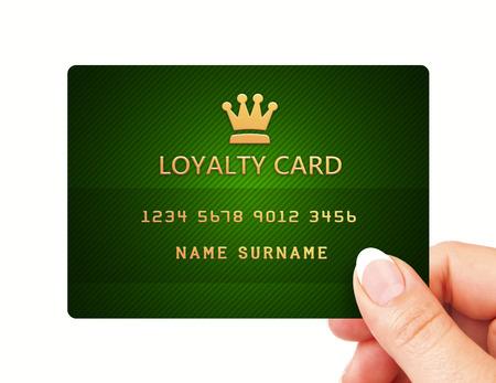 白い背景に分離された忠誠カードを持つ手