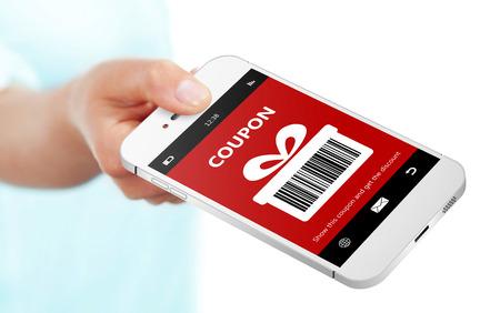 hand houden van mobiele telefoon met kerst coupon geïsoleerd over Wit Stockfoto