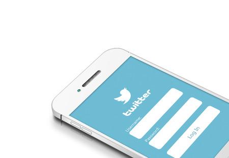그단스크, 폴란드 -2015 년 3 월 2 일 : 흰색 배경 위에 격리 된 트위터 소셜 네트워크와 함께 흰색 휴대 전화 에디토리얼