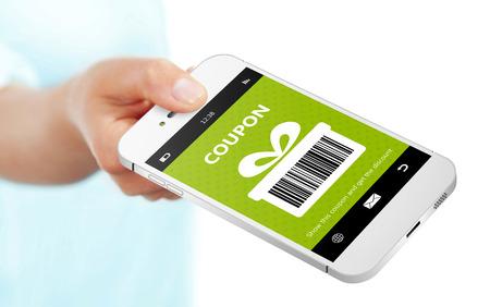 hand houden van mobiele telefoon met de lente kortingsbon geïsoleerde over wit Stockfoto