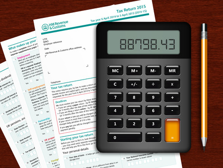 rendement: SA100 aangiftebiljet met rekenmachine en potlood op houten tafel Stockfoto