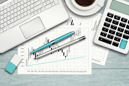 papírnictví: Pracovní plocha s graf, počítač, graf, kalkulačka a kancelářské potřeby přes modrou stolu