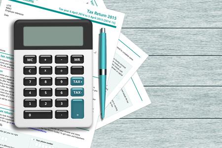 UK belastingformulier met rekenmachine liggend op houten bureau met plaats voor tekst
