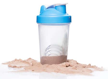 белки: Шейкер и протеиновый порошок на белом фоне
