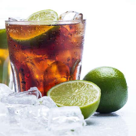 Cóctel fresca con la bebida cola y fruta de la cal Foto de archivo - 24886184