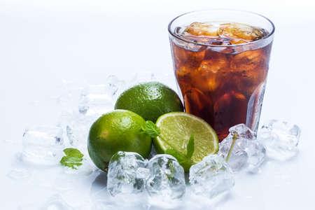 Cóctel fresca con la bebida cola y fruta de la cal Foto de archivo - 24886204