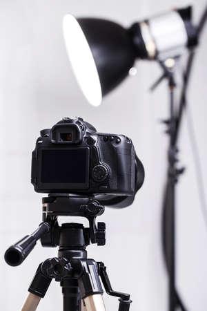 DSLR camera op statief in de studio