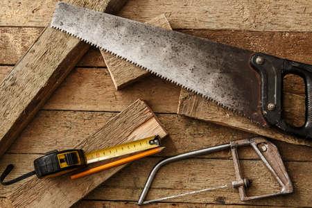 herramientas de carpinteria: Herramientas de carpinter�a en superficie de madera Foto de archivo