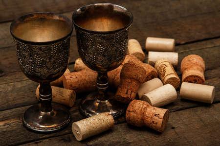 medievales: Copas medievales y corchos de vino de mesa de madera Foto de archivo