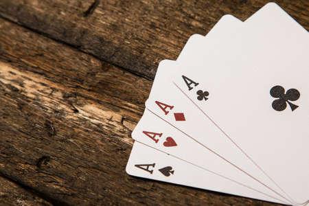 cartas de poker: Jugando a las cartas sobre la superficie de madera