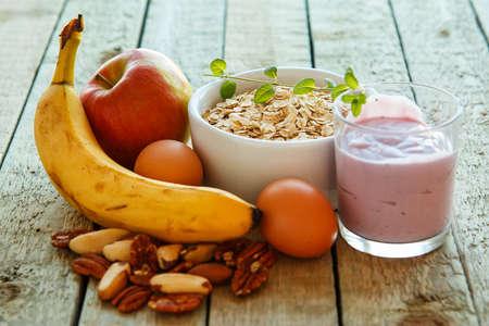 merienda: Desayuno saludable en la mesa de la cocina