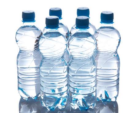botella de plastico: Botellas con agua en el fondo blanco Foto de archivo