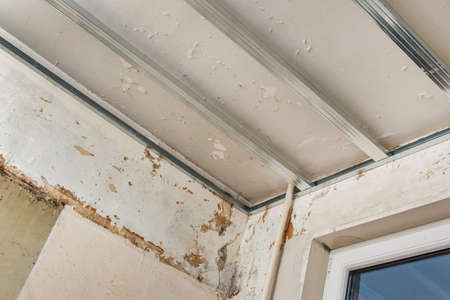 Metal structure for a drywall ceiling
