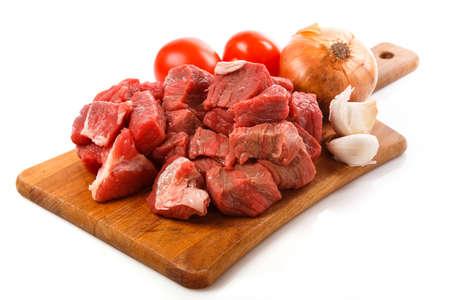 La carne cruda a bordo más de fondo blanco