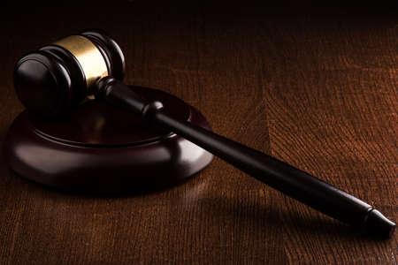 martillo juez: Martillo del juez sobre la mesa
