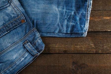 in jeans: Tejanos en superficie de madera vieja