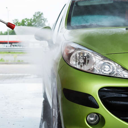 lavado: Automóvil moderno verde en el lavado de autos