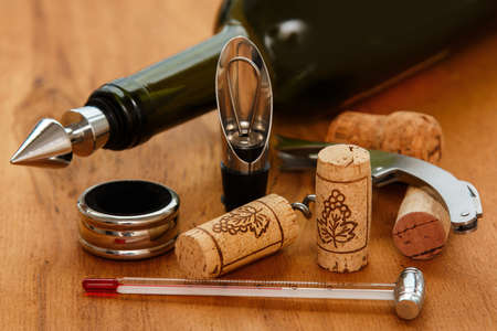 twist cap: Different wine tools and corks on wooden surface Stock Photo