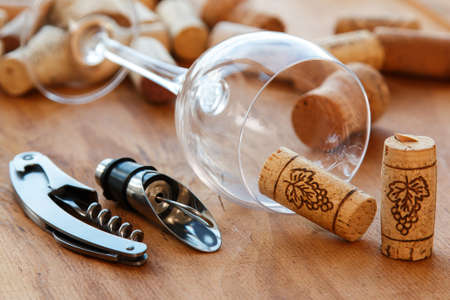 twist cap: Wine tools and corks on wooden surface Stock Photo