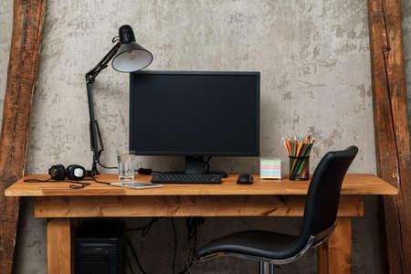 trabajando en casa: Lugar de trabajo moderno con la computadora Foto de archivo