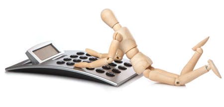 calculadora: Peque�o mu�eco de madera y calculadora en el fondo blanco Foto de archivo