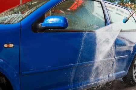 Coche azul moderno en un lavadero de autos Foto de archivo - 46046255