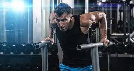 Giovane uomo muscolare durante l'allenamento in palestra Archivio Fotografico - 56731500