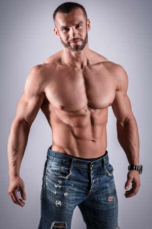 スタジオでポーズをとって筋肉美男子