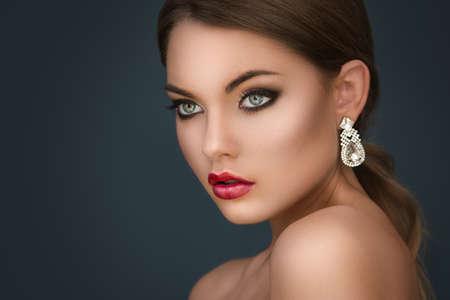 럭셔리 귀걸이와 화려한 여자의 초상화