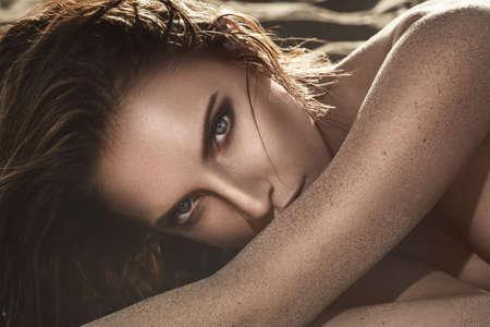 sexy young girls: Красивая и сексуальная женщина, лежа на песке