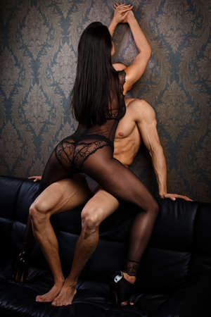 nudo maschile: Coppie sexy in biancheria intima sul divano in pelle