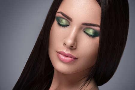 Retrato de hermosa mujer con hermoso maquillaje