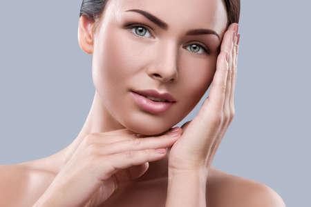 tratamientos corporales: Retrato de mujer joven y bella en el estudio de