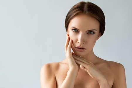luz natural: Mujer hermosa con la cara perfecta en la luz natural