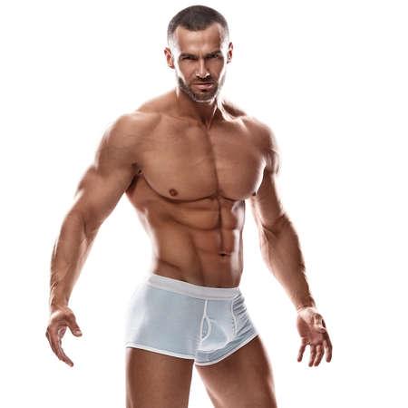 sin camisa: Hombre hermoso que presenta en ropa interior sobre fondo blanco