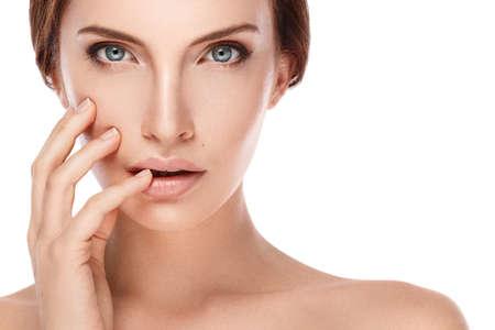 Mujer hermosa con la cara perfecta en el fondo blanco