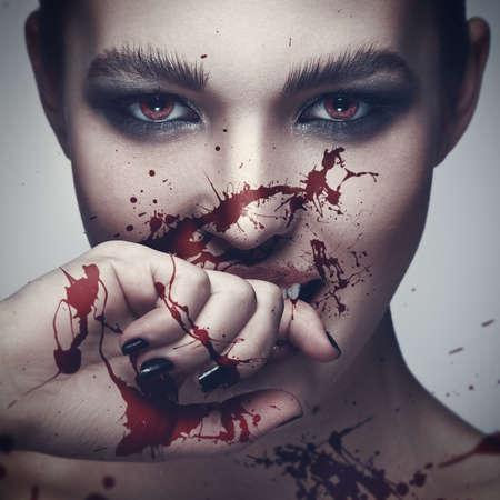그녀의 얼굴에 혈액과 섹시 뱀파이어 여자