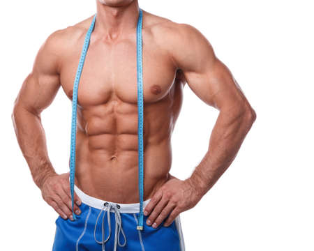 fitness hombres: Torso masculino muscular y cinta métrica sobre el fondo blanco