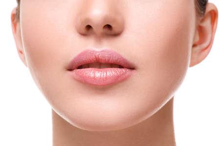 nariz: Cerca de la hermosa labios de color rosa