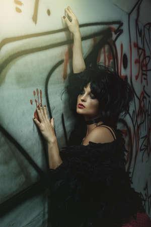 暗いトンネルで奇妙なときたい女性