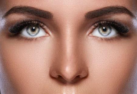 Kobieca twarz z pięknymi brwiami i sztucznymi rzęsami dla maksymalnej objętości Zdjęcie Seryjne