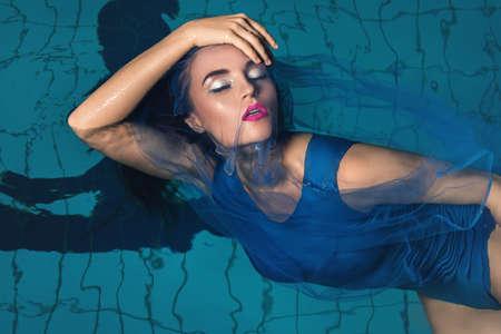 Modeporträt der schönen Frau im Schwimmbad Standard-Bild