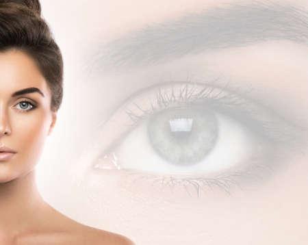 Schöne Frau und Auge auf Hintergrund