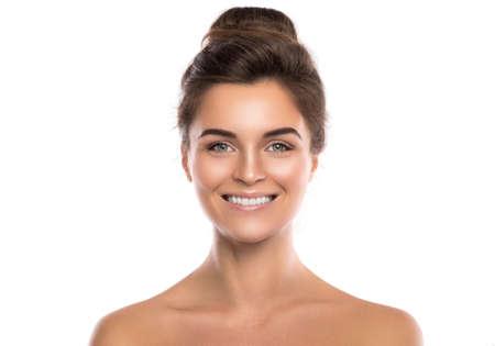 Portrait de la belle jeune femme sur fond blanc