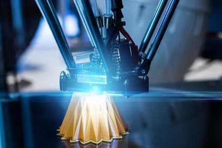 Máquina de impresión 3D durante el proceso de trabajo.