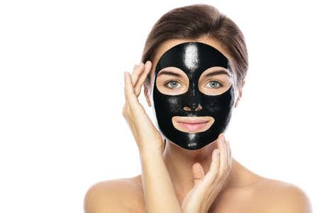 Mujer con máscara negra purificadora en su rostro aislado sobre fondo blanco. Foto de archivo