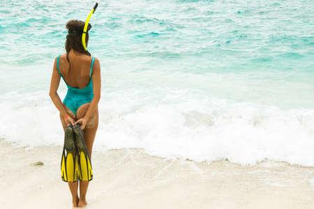 Frau beim Schnorcheln am Strand Standard-Bild