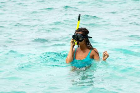 Frau schwimmt im Meer mit Schnorchelmaske