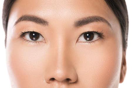 Close-up van Aziatische ogen. Oogzorg en schoonheid.